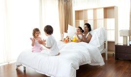 Genitori che hanno gioco dei bambini e della prima colazione immagine stock libera da diritti