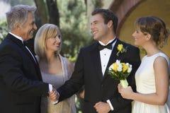 Genitori che si congratulano le coppie della persona appena sposata immagine stock libera da diritti