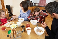 Genitori che tolgono i dispositivi dai bambini Fotografia Stock