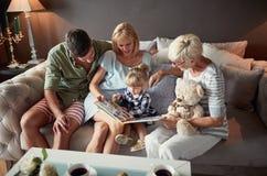 Genitori con divertiresi della nonna e del bambino immagini stock