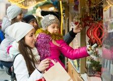 Genitori con i bambini al mercato di natale Immagine Stock Libera da Diritti