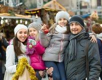 Genitori con i bambini al mercato di natale Fotografie Stock