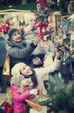 Genitori con i bambini al mercato di natale Immagini Stock Libere da Diritti