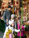Genitori con i bambini al mercato di natale Fotografia Stock