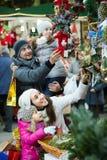 Genitori con i bambini al mercato di natale Fotografie Stock Libere da Diritti