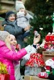 Genitori con i bambini al mercato di natale Fotografia Stock Libera da Diritti