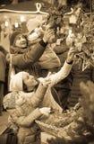Genitori con i bambini al mercato di natale Immagini Stock