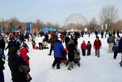 genitori con i bambini all'aperto in inverno   fotografia stock
