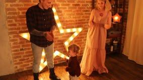 Genitori con il bambino divertendosi e ballando stock footage
