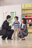 Genitori con il loro figlio in aula Immagine Stock Libera da Diritti