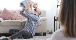Genitori con la neonata che impara camminare archivi video