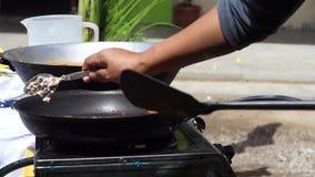 Genitori dei tortini pubblici della carne della frittura dei bambini della scuola elementare durante il raduno di cottura nutrizi archivi video