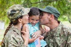 Genitori dell'esercito riuniti con la loro figlia Immagini Stock