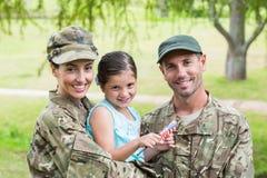 Genitori dell'esercito riuniti con la loro figlia Fotografie Stock