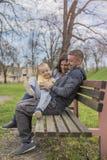 Genitori divertendosi con il loro bambino in parco, in natura immagini stock