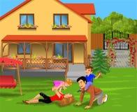 Genitori e bambini che giocano nel cortile della loro casa Immagine Stock Libera da Diritti