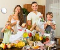 Genitori e bambini con alimento Fotografie Stock Libere da Diritti