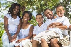 Genitori e bambini della famiglia dell'afroamericano Immagini Stock