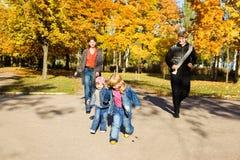Genitori e bambini in sosta Fotografia Stock