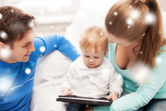Genitori e bambino adorabile con il pc della compressa Immagine Stock Libera da Diritti