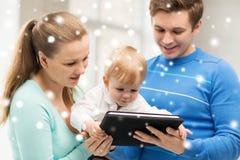 Genitori e bambino adorabile con il pc della compressa Fotografia Stock Libera da Diritti