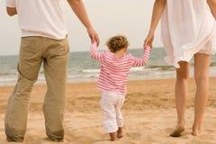 Genitori e bambino della famiglia che osservano l'oceano immagine stock libera da diritti