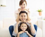 genitori e bambino divertendosi insieme fotografia stock libera da diritti