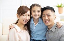 genitori e bambino divertendosi insieme immagini stock libere da diritti