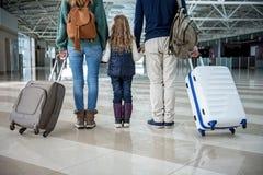 Genitori e casi della tenuta del bambino dopo atterraggio piano Immagini Stock Libere da Diritti