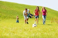 Genitori emozionanti con i bambini Fotografie Stock