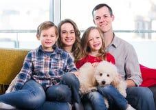 Genitori felici e bambini felici di passare tempo a casa Fotografie Stock