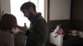 Genitori furiosi ed attivamente che gesticolano la ragazza è presente ai genitori di un litigio sforzo in un bambino archivi video