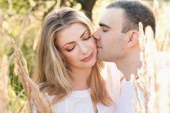 Genitori futuri delle coppie felici che si rilassano sulla natura, famiglia felice, gravidanza Immagine Stock Libera da Diritti