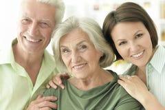 Genitori senior felici con la figlia a casa Fotografie Stock