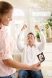 Genitori sorridenti con l'immagine del bambino di ultrasuono Fotografie Stock