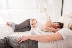 Genitori stanchi e sonnolenti Fotografie Stock Libere da Diritti