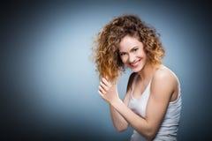 Geniueportret van een jong positief, glimlachend meisje Stock Foto
