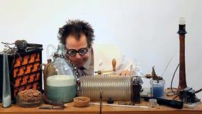 Geniusz robi eksperymentom w laboratorium zdjęcie wideo