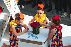 Genk, Belgien - 1. Mai 2019: Themenorientiertes Floss der Spielkarten, das durch Grotestraat w?hrend der O-Parade ?berschreitet lizenzfreies stockbild