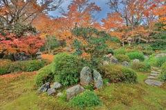 Genko的一个秋天庭院寺庙 库存照片