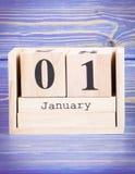 1° gennaio data del 1° gennaio sul calendario di legno del cubo Fotografia Stock Libera da Diritti