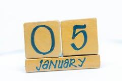5 gennaio Giorno 5 del mese, calendario su fondo di legno Orario invernale, concetto di anno fotografia stock libera da diritti