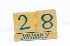 28 gennaio Giorno 28 del mese, calendario su fondo di legno Orario invernale, concetto di anno immagine stock