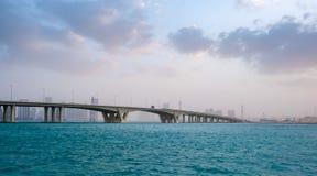 21 gennaio 2018: Khalifa Bridge contro il cielo nuvoloso e nebbioso, A fotografia stock