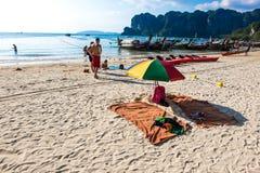 20 GENNAIO 2015: la gente sulla spiaggia in Tailandia, Asia Karbi Islan Immagine Stock Libera da Diritti
