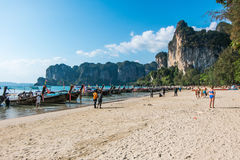 20 GENNAIO 2015: la gente sulla spiaggia in Tailandia, Asia Karbi Islan Immagini Stock Libere da Diritti