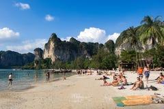 20 GENNAIO 2015: la gente sulla spiaggia in Tailandia, Asia Karbi Islan Fotografia Stock