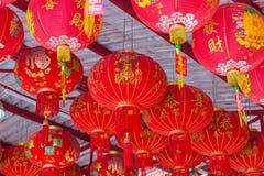 10 GENNAIO 2017: Lanterna del cinese tradizionale che appende sull'albero dentro Fotografia Stock Libera da Diritti