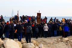 6 gennaio 2019 spiaggia di Varna della processione di giorno di epifania immagini stock