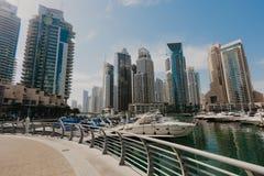 2 gennaio 2019 Vista panoramica con i grattacieli ed il pilastro moderni dell'acqua del porticciolo del Dubai, Emirati Arabi Unit immagine stock libera da diritti